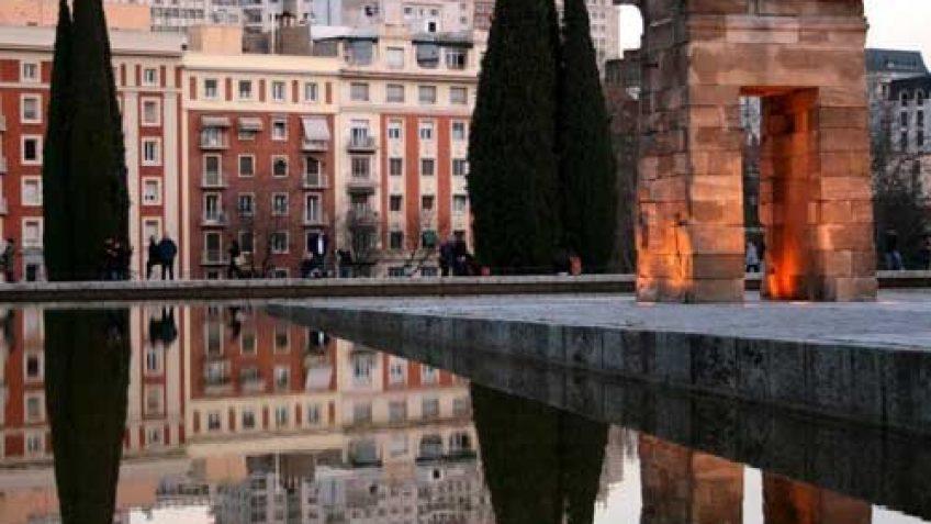 Reflejos de los edificios de Plaza España - Templo de Debod