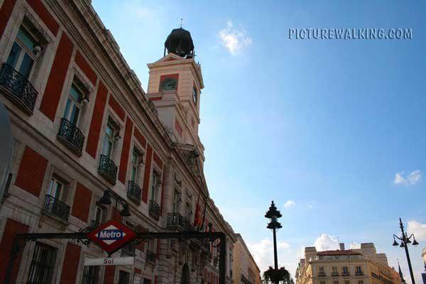 Puerta del Sol, con la Casa de Correos y el Reloj de Gobernación.