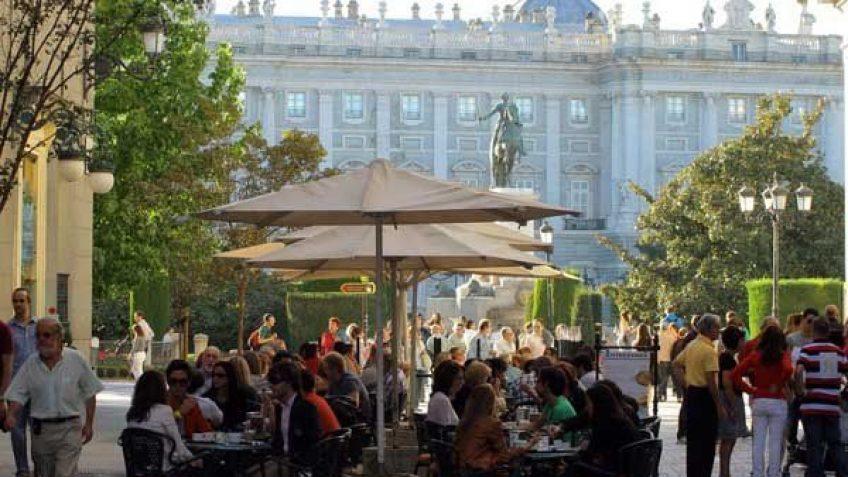 Terrazas en los alrededores de la Opera y el Palacio Real