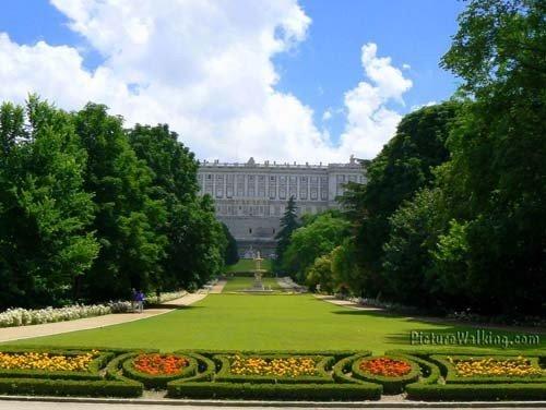 Campo del Moro con el Palacio Real al fondo
