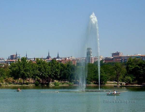 El Lago de la Casa de Campo con la ciudad de Madrid al fondo.