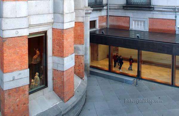 Passageway between the main El Prado building and Moneo's Cube
