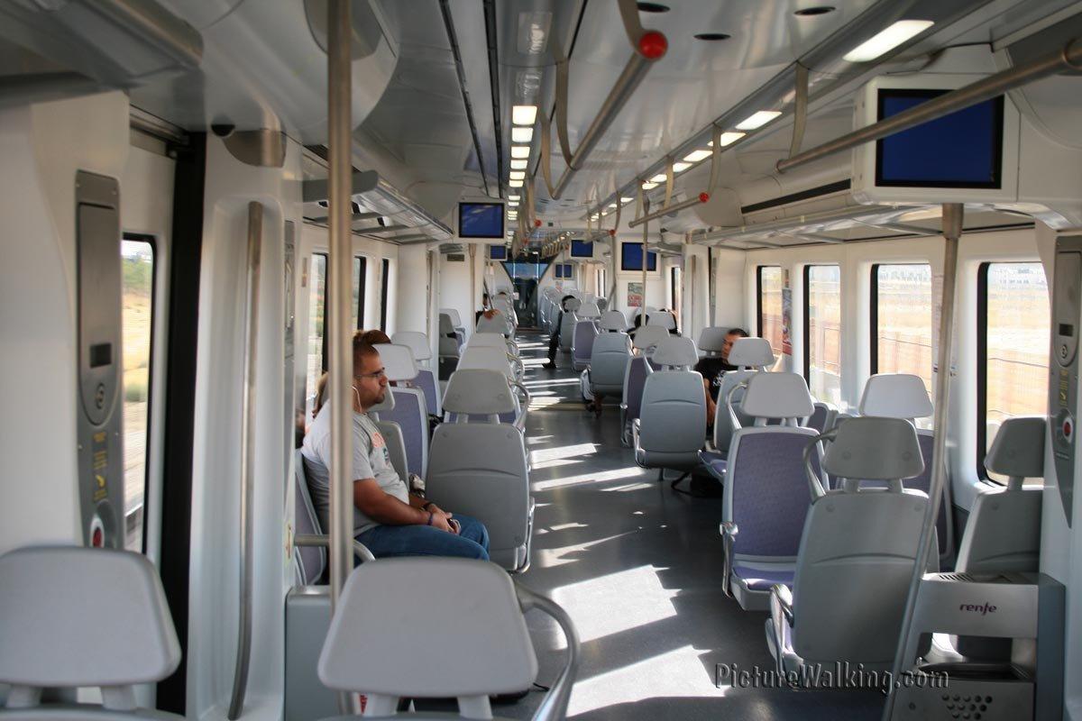 Interior de vagón de tren de cercanías