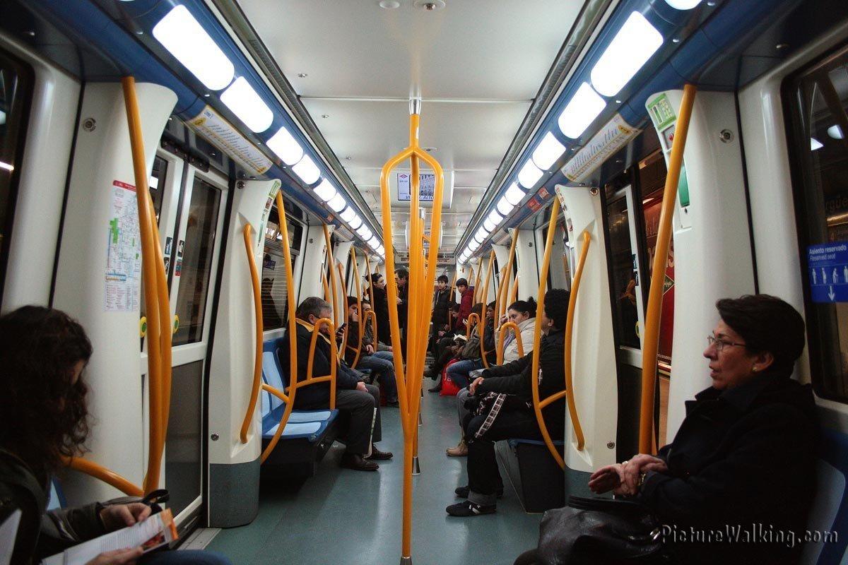 Toma del interior de un vagón del Metro de Madrid.