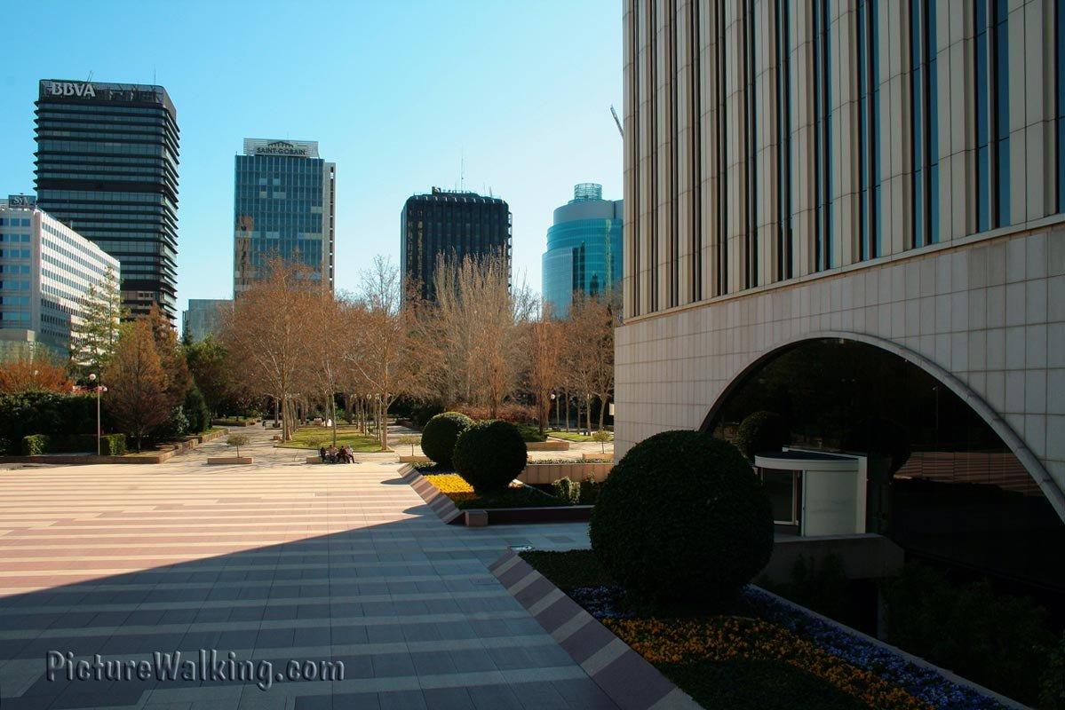 Entrada a la Torre Picasso y otros edificios de AZCA
