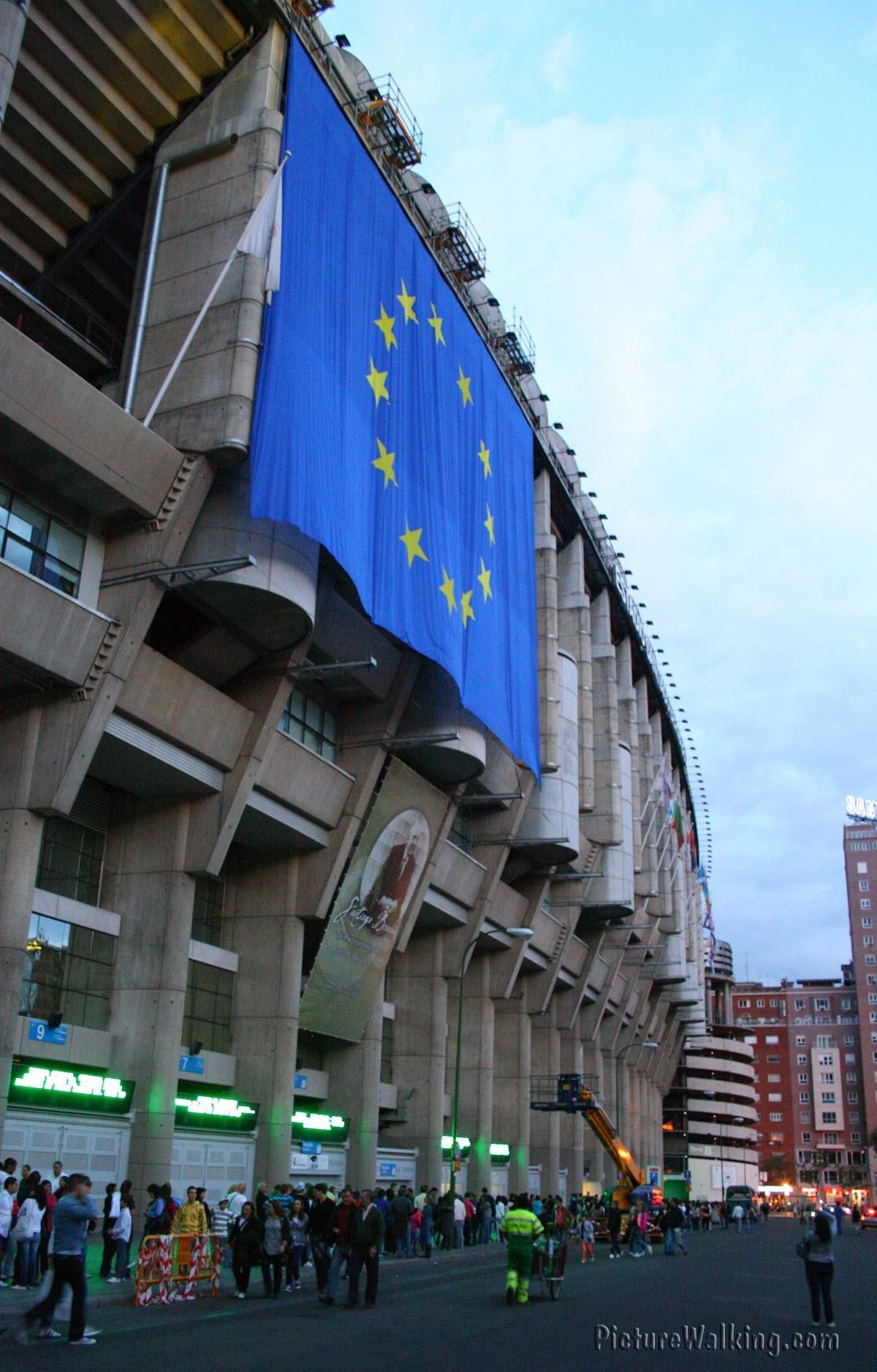 Estadio Bernabeu Bandera Unión Europea