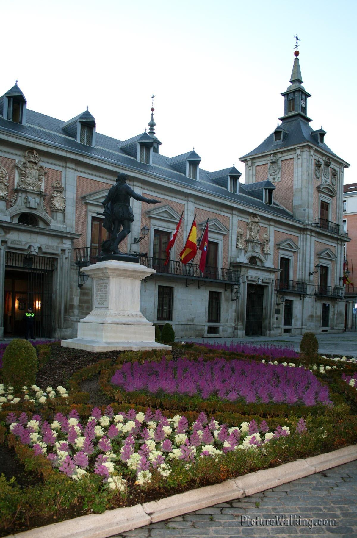 Plaza de la Villa, Monument to Álvaro de Bazán