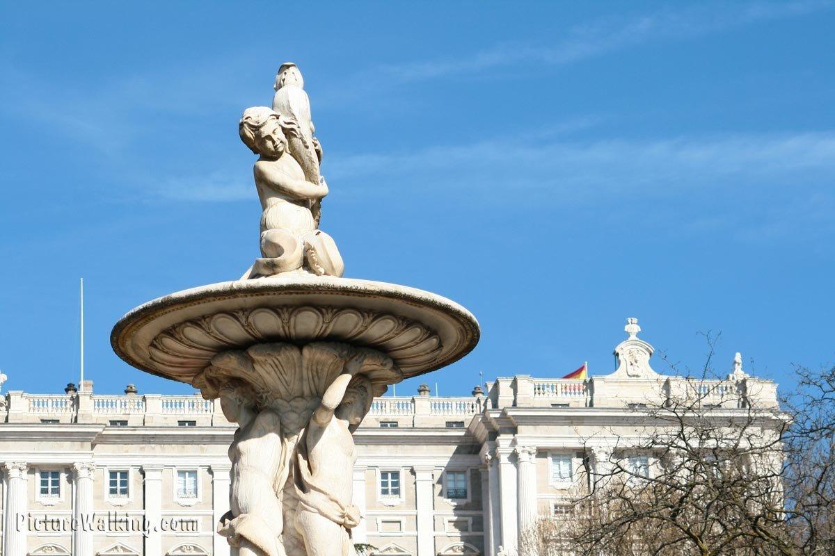 Detalle de fuente con el Palacio Real al fondo.