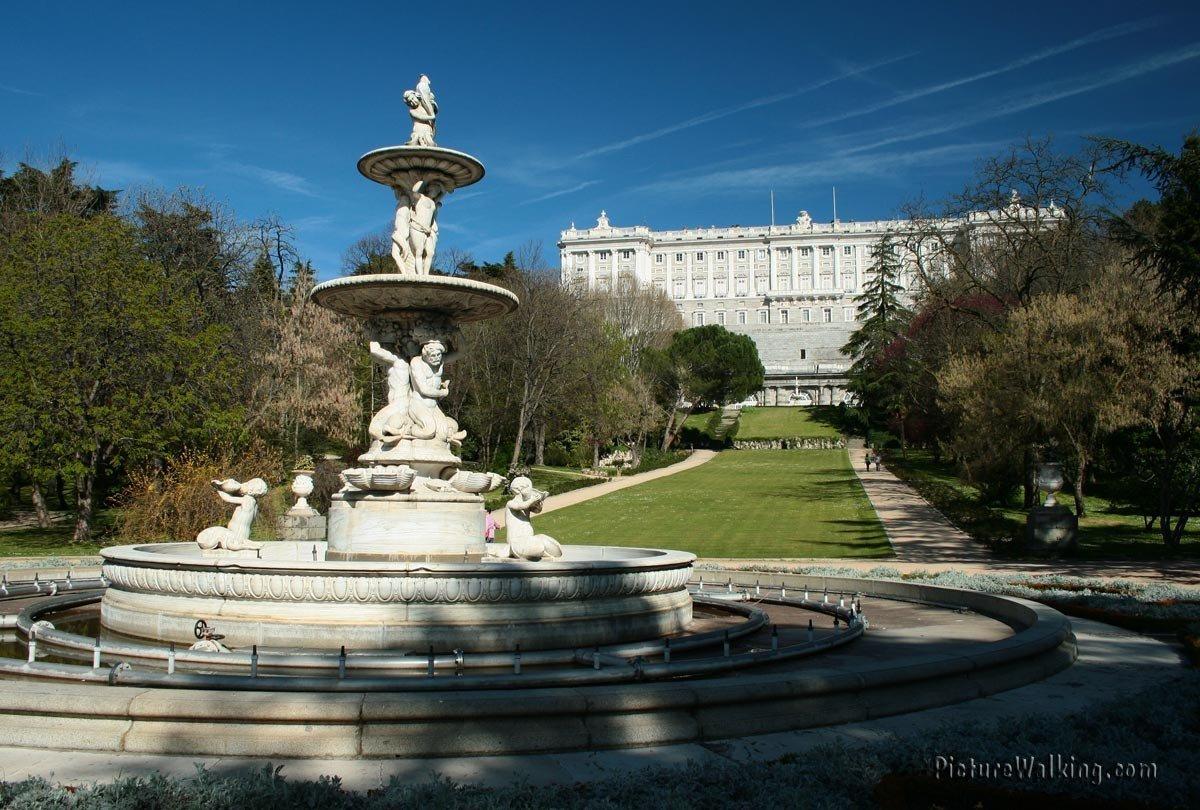 Fuente de las Conchas con el Palacio Real