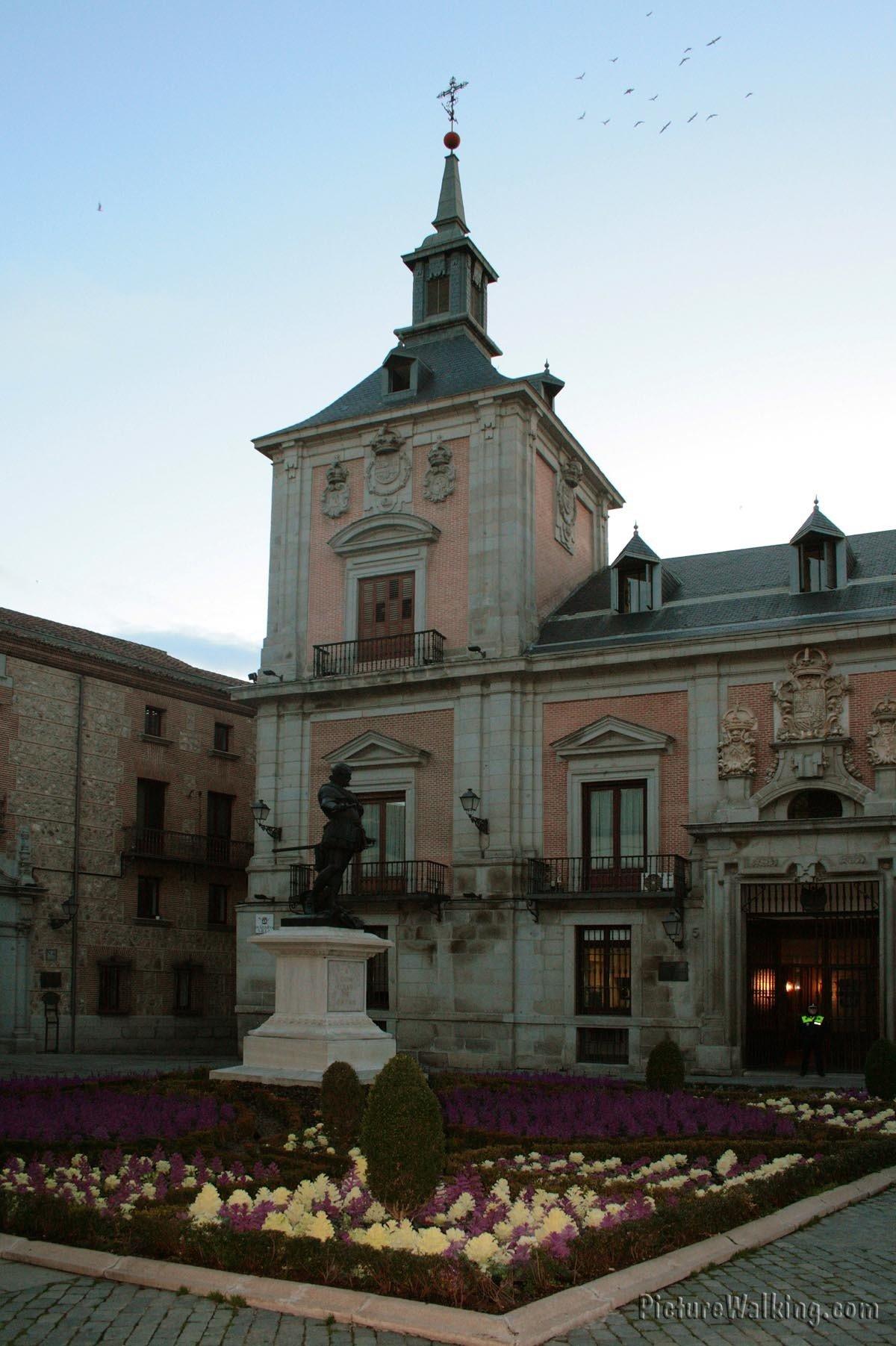 Casa de la Villa, a la izquierda, la Casa Cisneros