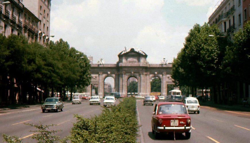 Foto de la calle y la Puerta de Alcalá tomada en el 1976.