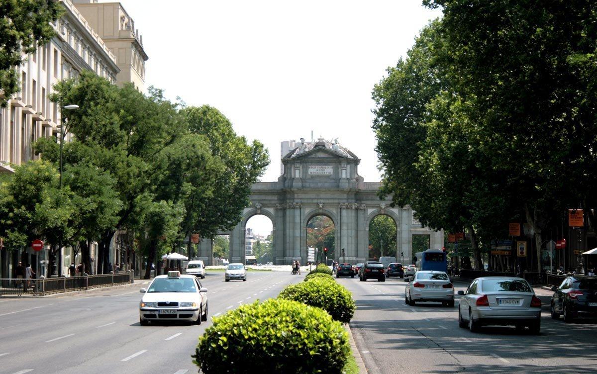 Foto de la calle y la Puerta de Alcalá tomada en el 2013