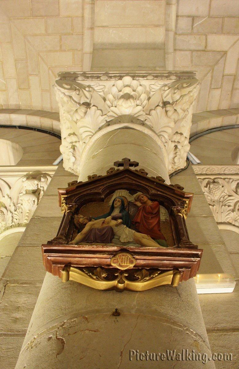 Columna con el Via Crucis XIII