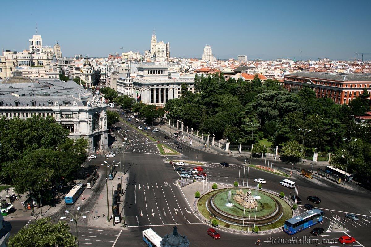 Vista de Madrid desde Plaza Cibeles al Oeste.  A la izquierda se aprecia el Banco de España y a la derecha el Palacio Buenavista.