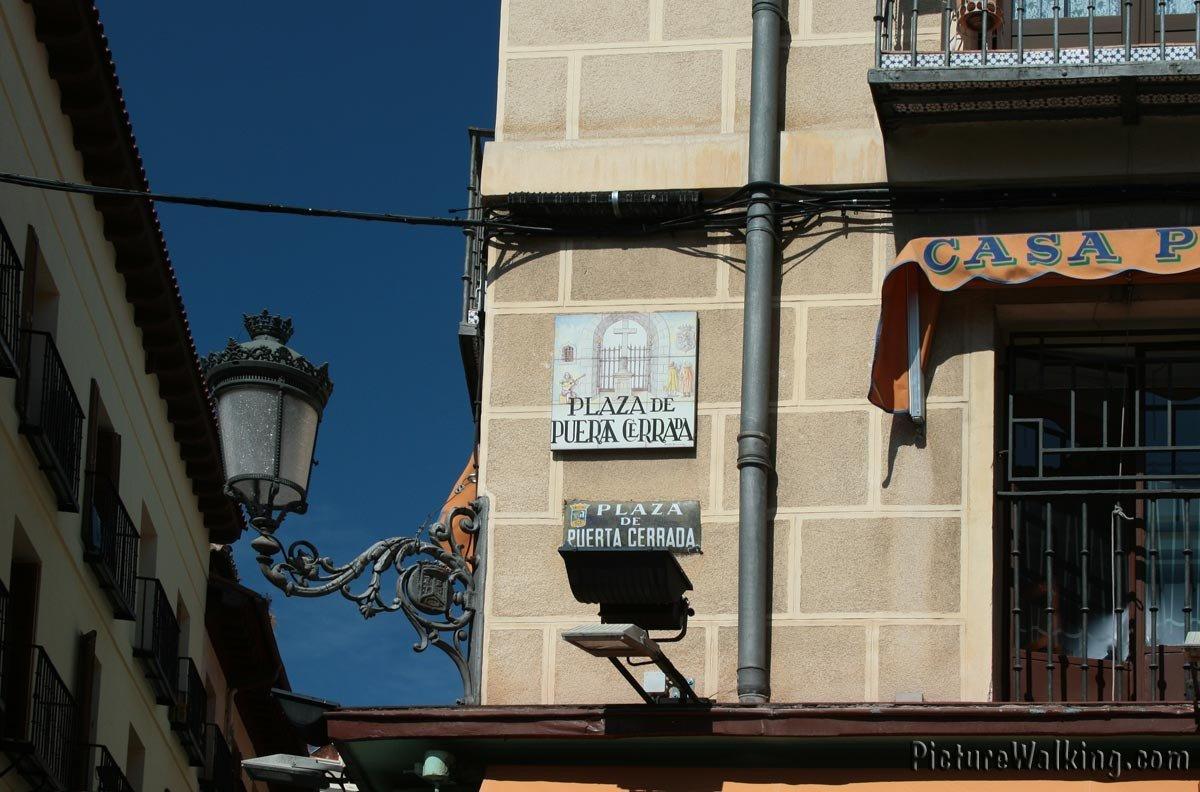 Rótulo Calle de Segovia y calle Gómez de Mora.