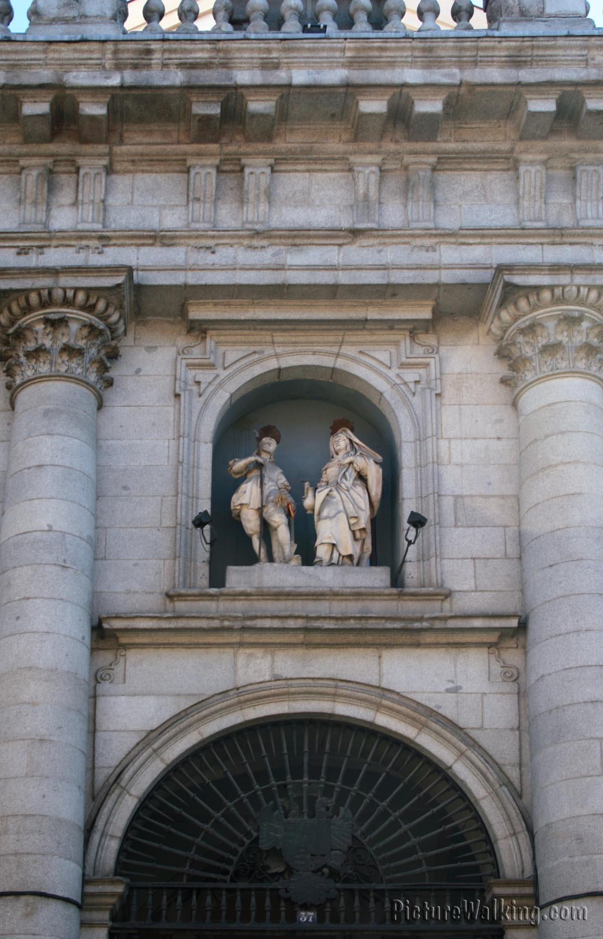 Fachada con las estatuas de San Isidro y Santa María de la Cabeza