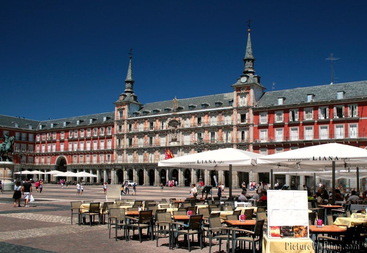 Norte de la Plaza Mayor, con la Casa de la Panadería entre las dos torres.