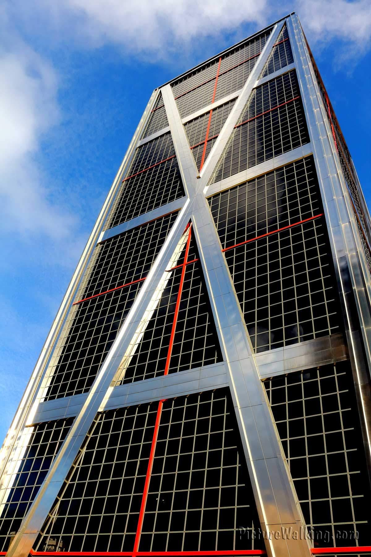 Uno de las torres de Puerta de Europa (Torres Kio)