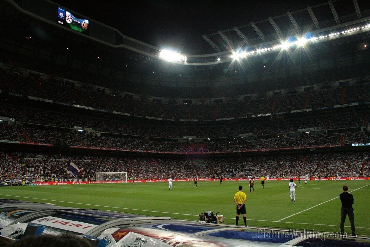 Estadio Santiago Bernabeu de noche.