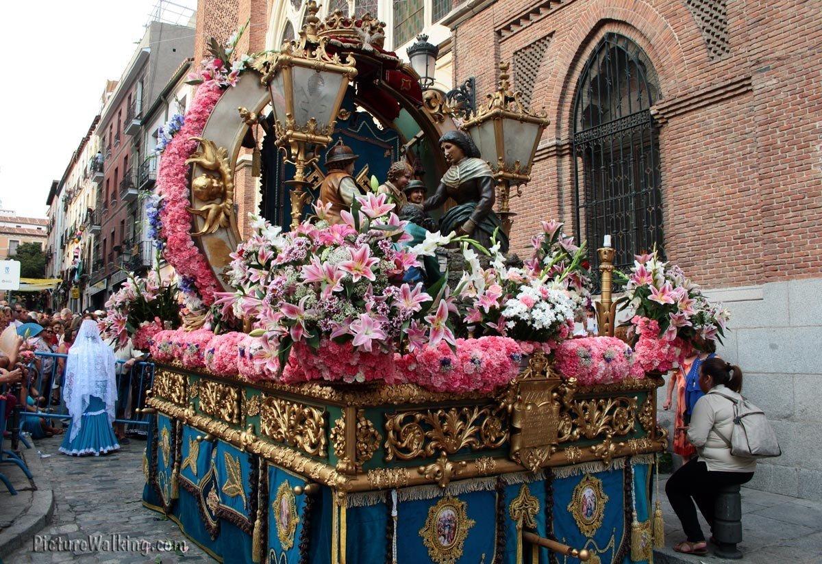 Carroza donde colocan la imagen de la Virgen Paloma