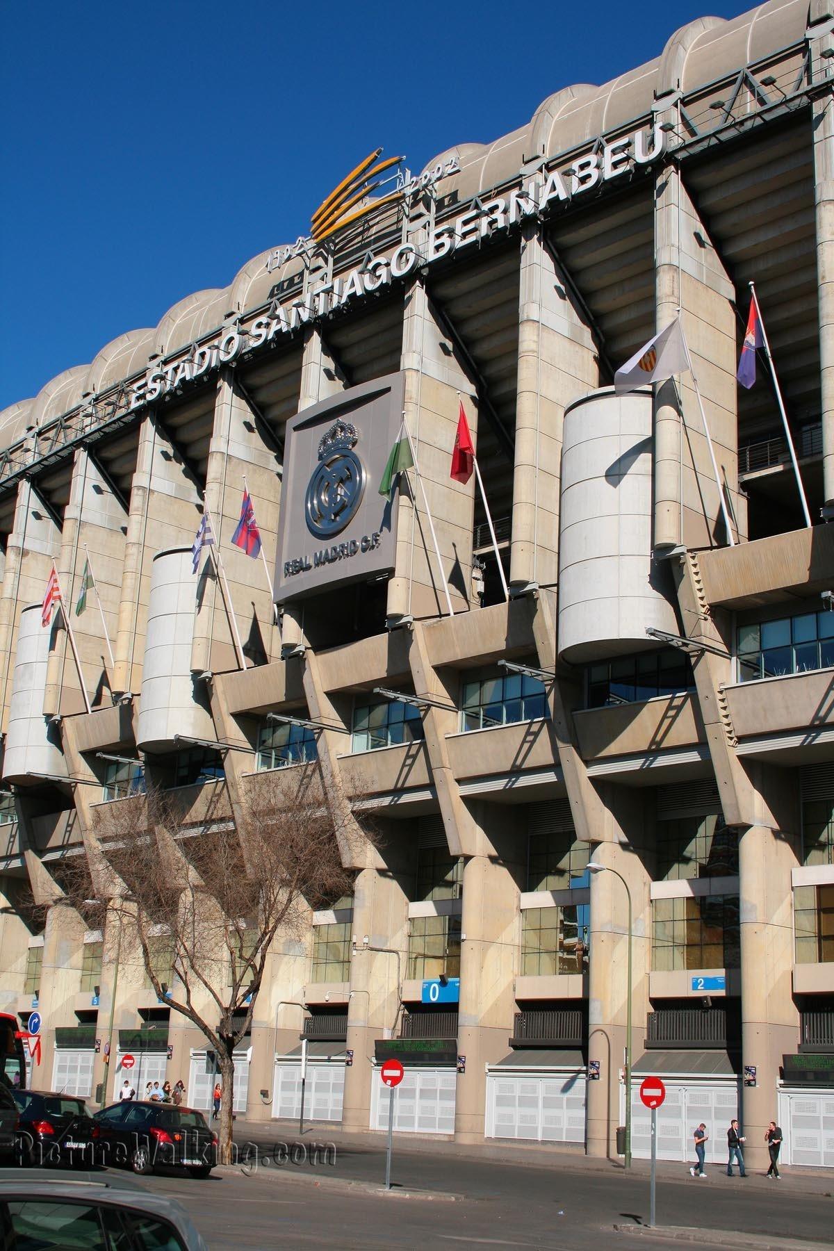 Estadio Santiago Bernabeu, fachada Oeste, con el escudo.
