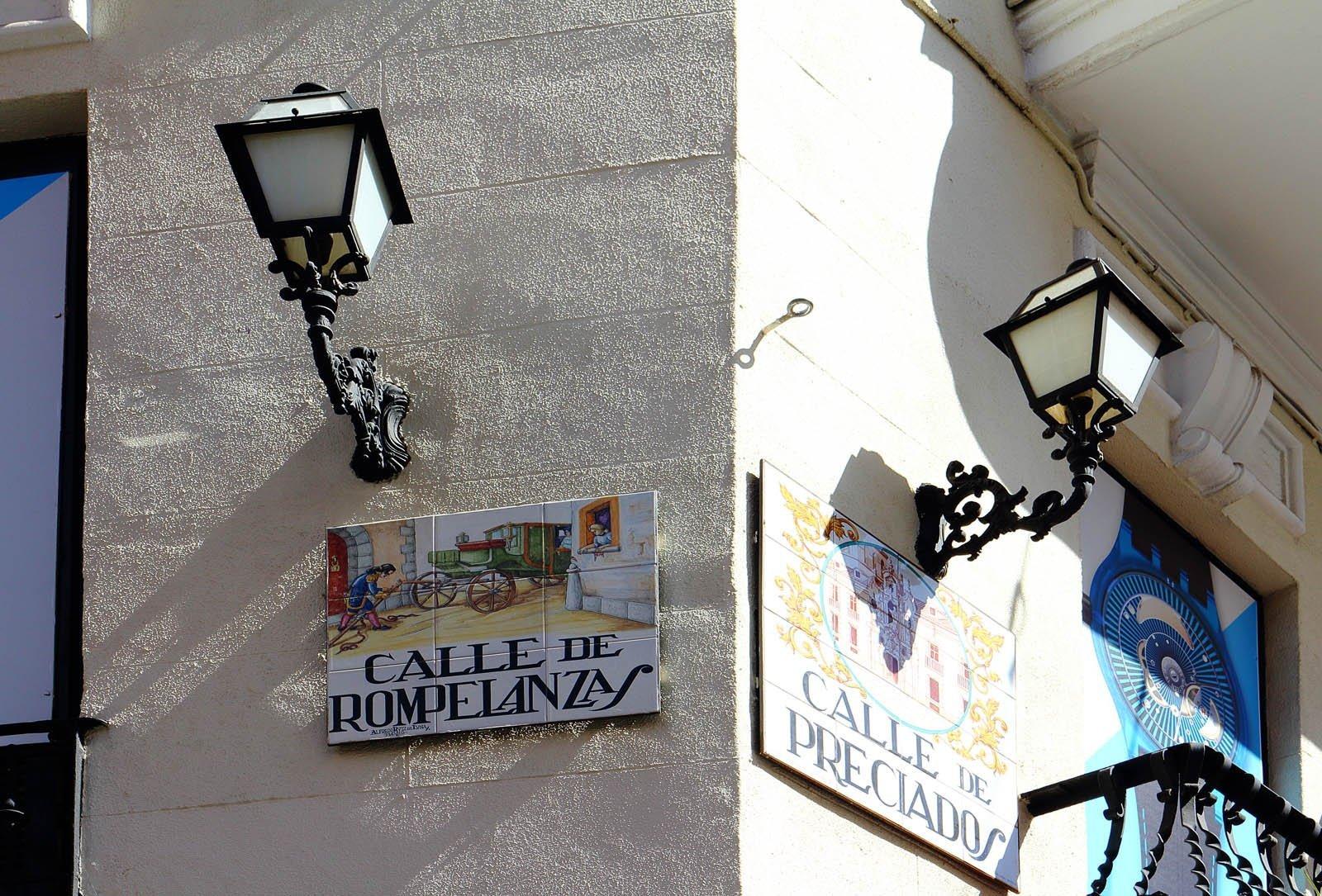 Placas de Calle Rompelanzas y Preciados.