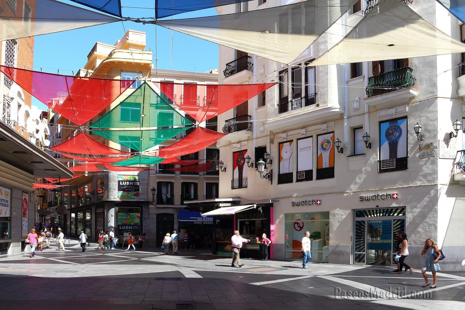 Calle Rompelanzas tomada de Preciados a Calle del Carmen.