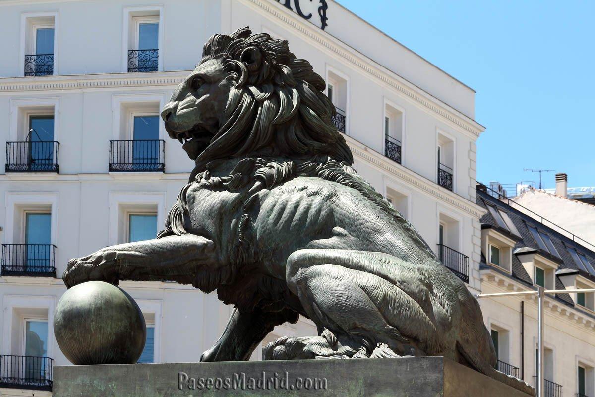 Leones del Congreso - Este de la fachada.