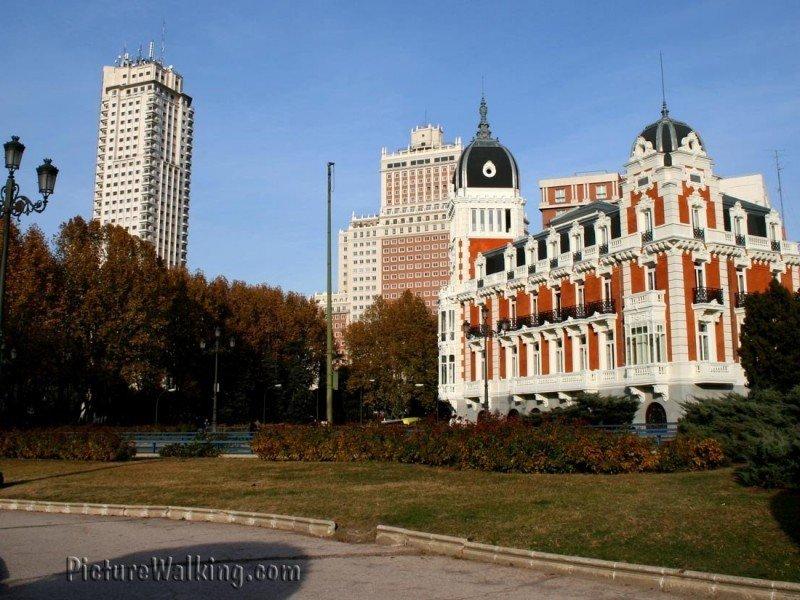 Plaza España buildings from Sabatini Gardens