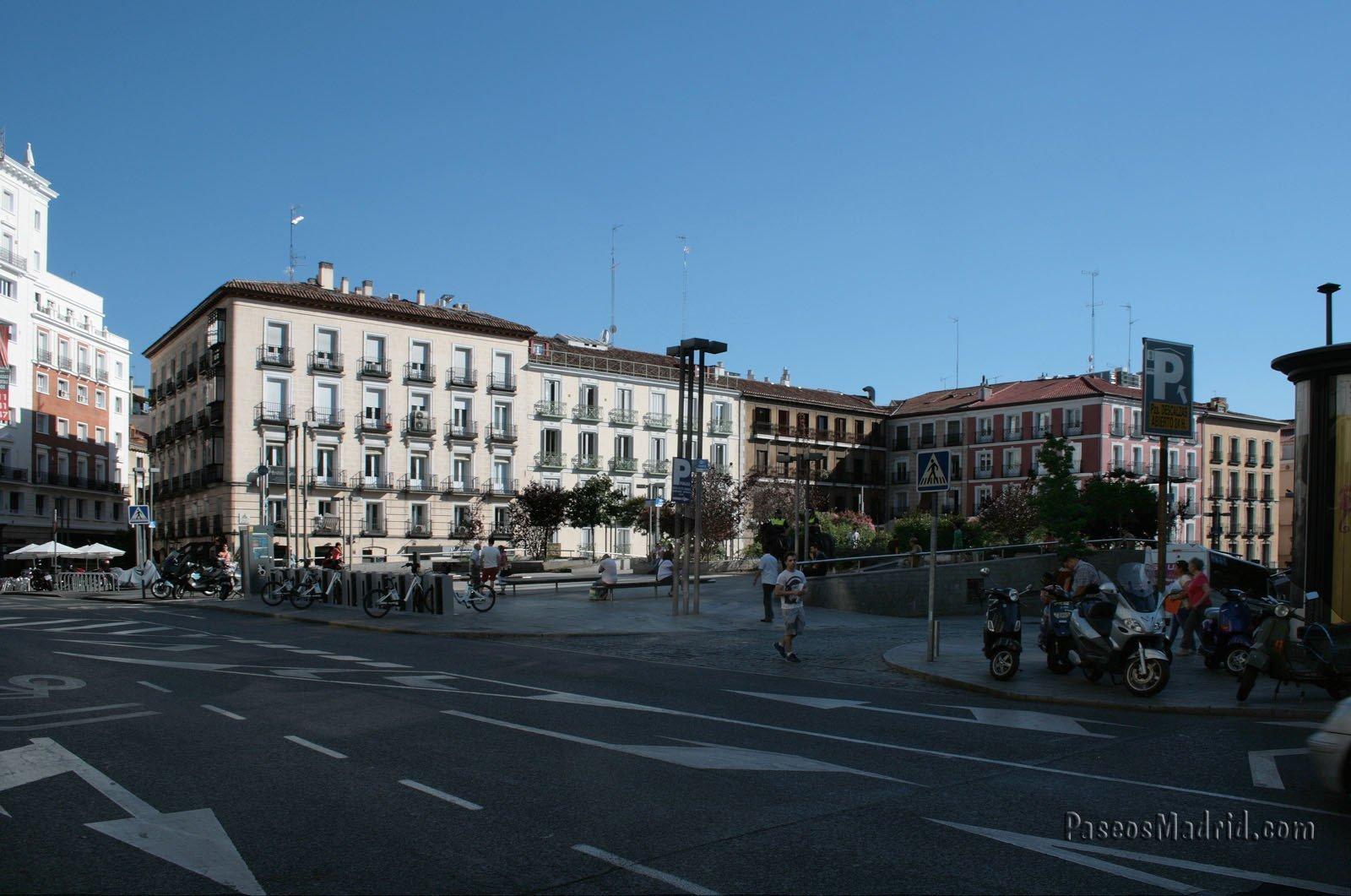 Edificios en Cuesta Santo Domingo, frente a la Plaza