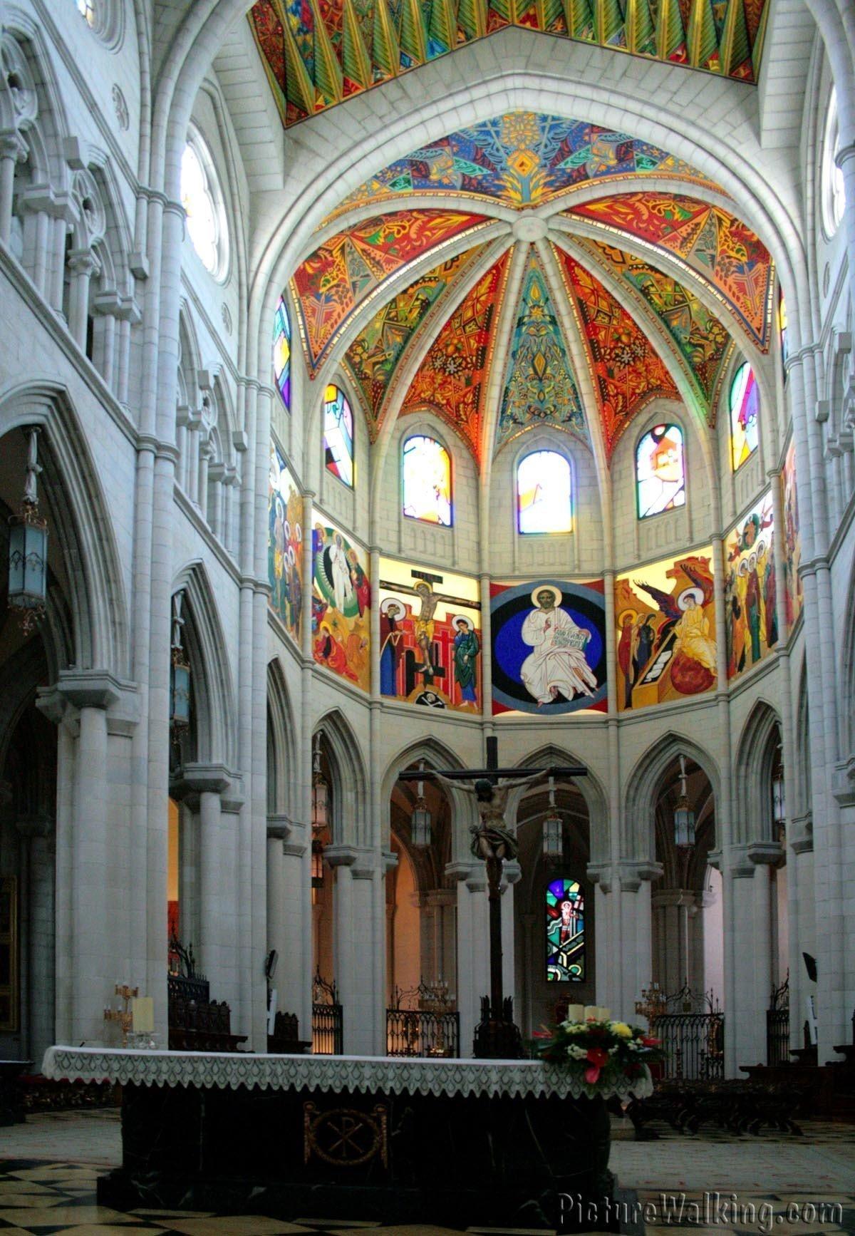 Vista interior hacia el presbiterio de la Catedral de la Almudena