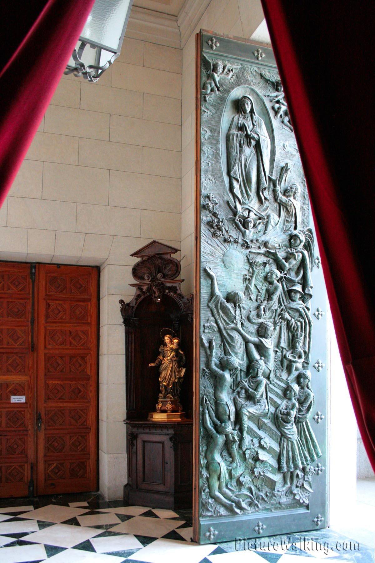 Puerta de bronce de la Catedral de la Almudena