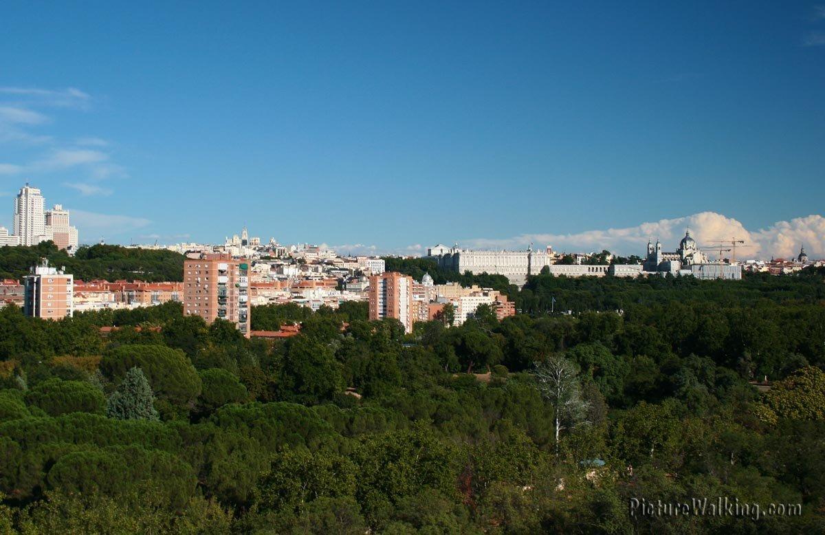 Skyline al Sureste con la Plaza España, el Palacio Real y  la Basílica de San Francisco.