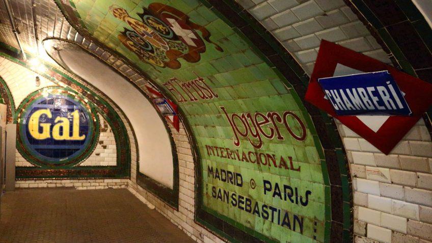Anuncios antiguos en la estación de Chamberí