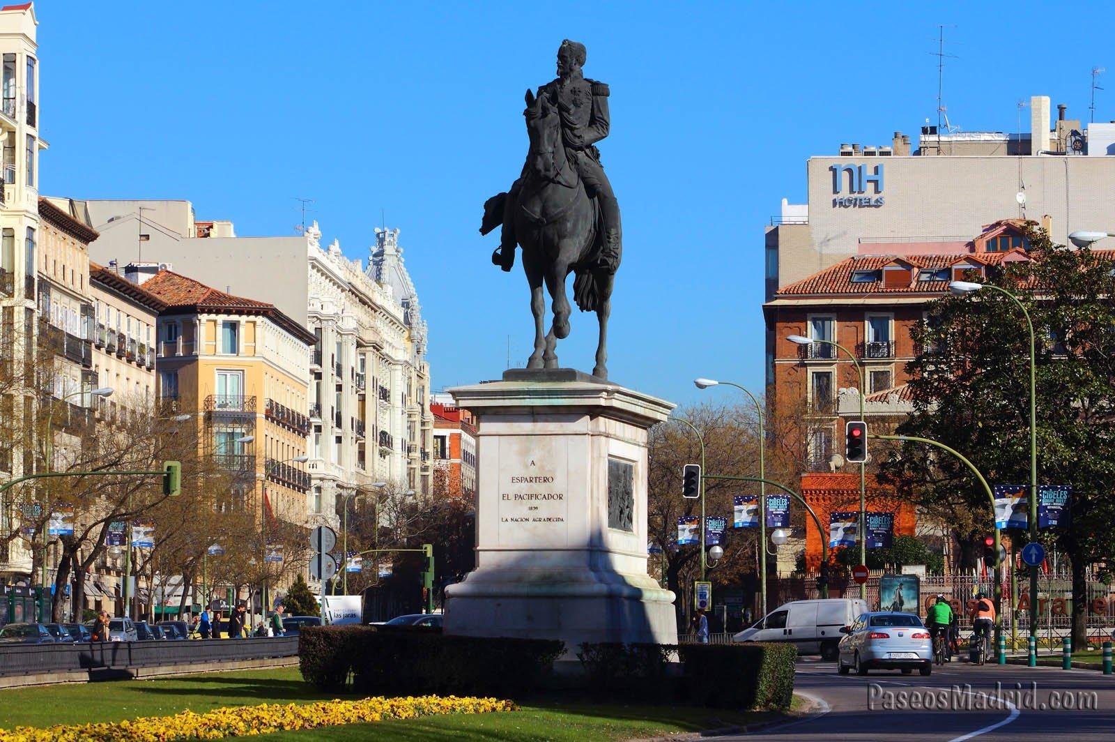 Estatua ecuestre y la calle Alcalá al fondo