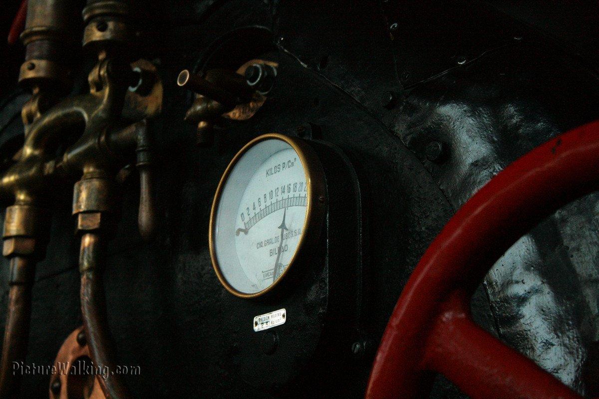 Detalle de la cabina de locomotora de vapor