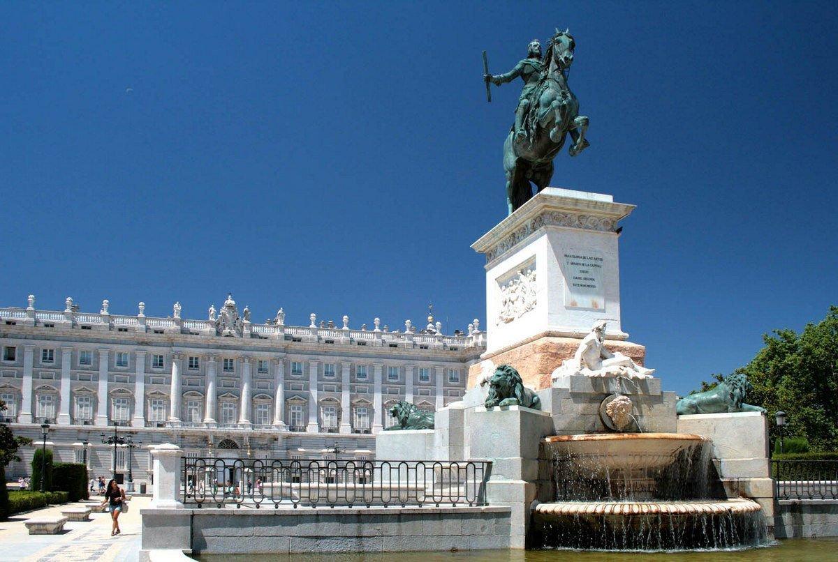 Monumento a Felipe IV y el Palacio Real